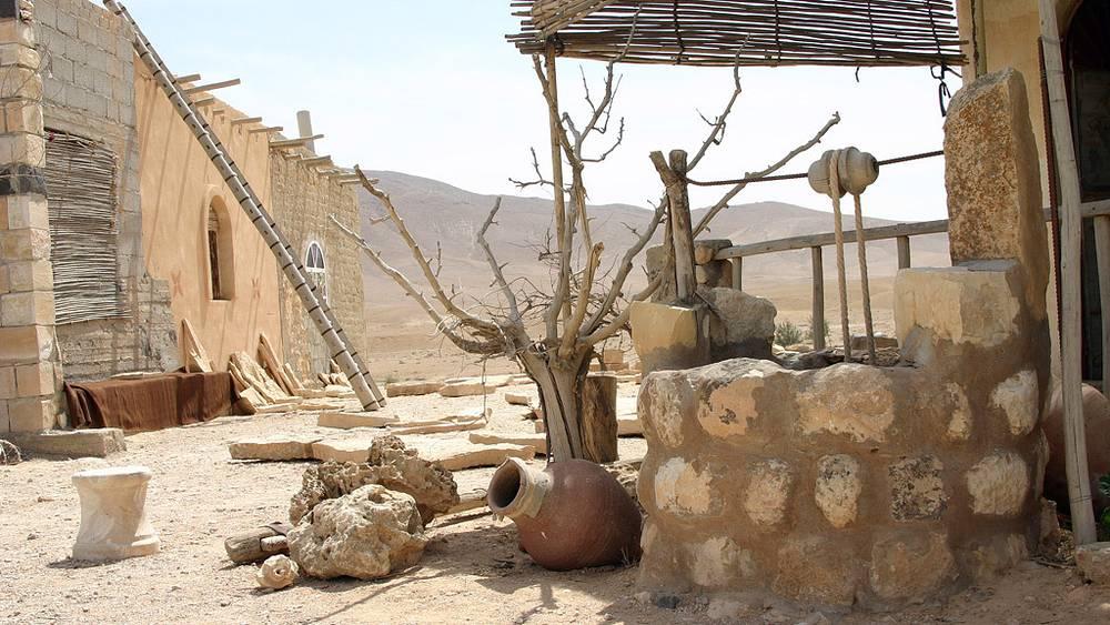 Хозяйственные постройки в пустыни. Фото ИТАР-ТАСС/Наталья Шевченко