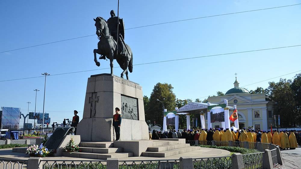 Памятник Александру Невскому на площади перед Александро-Невской лаврой. Фото ИТАР-ТАСС/ Юрий Белинский