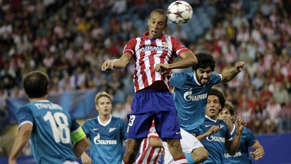 Жуан Миранда забивает первый гол. Фото EPA/Alberto Martin
