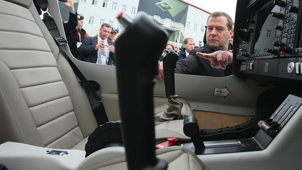 Дмитрий Медведев во время посещения IX Международной выставки вооружения Russia Arms EXPO. Фото ИТАР-ТАСС/ Владимир Смирнов