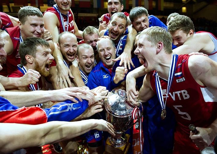 Российские волейболисты с кубком чемпионов Европы
