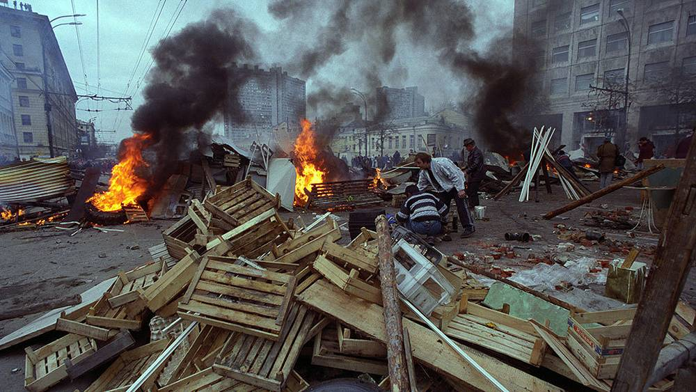 Баррикады на Садовом кольце. Фото ИТАР-ТАСС/ Игорь Зотин