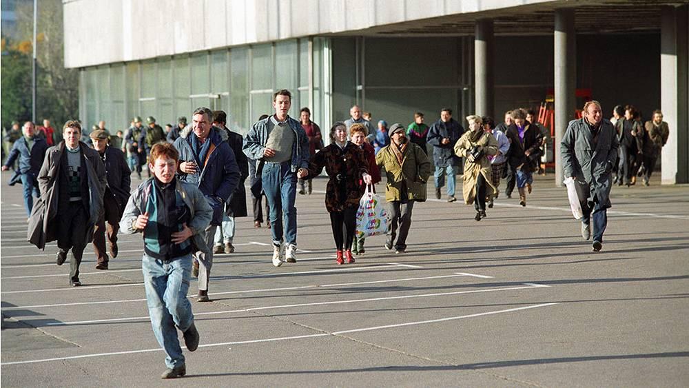 Участники октябрьских событий спасаются от перестрелки. Фото ИТАР-ТАСС/ Геннадий Хамельянин