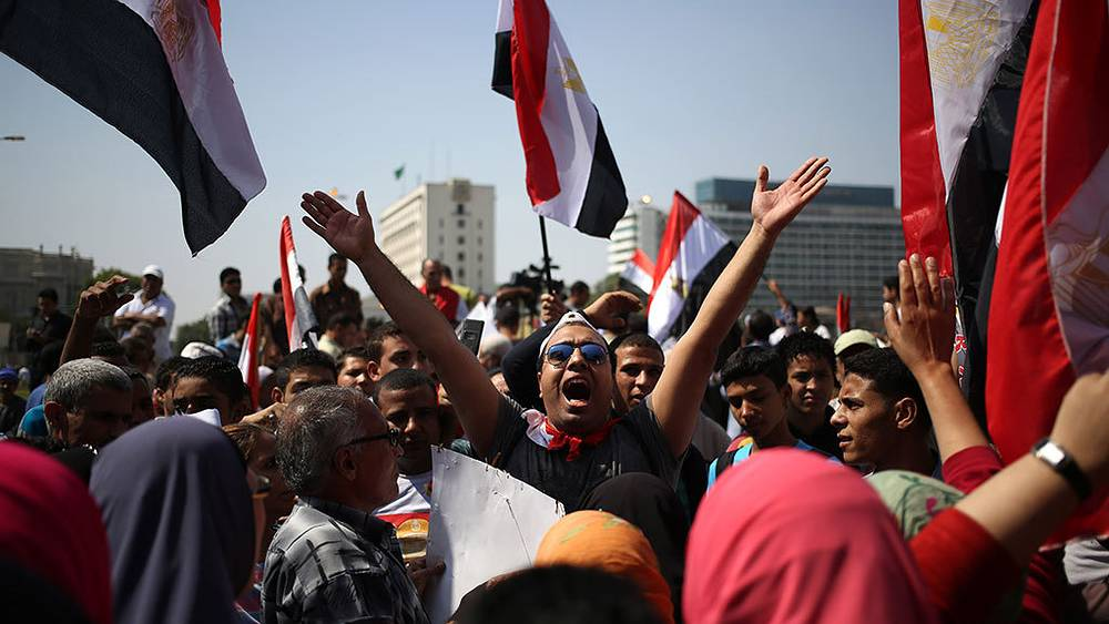 Сторонники правительственной армии во время митинга в Каире. Фото AP Photo/Khalil Hamra
