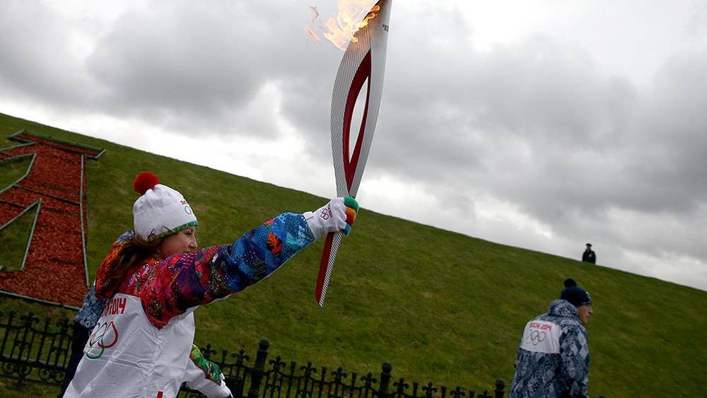 Фигуристка Ирина Слуцкая во время эстафеты Олимпийского огня на Поклонной горе. Фото ИТАР-ТАСС/ Станислав Красильников