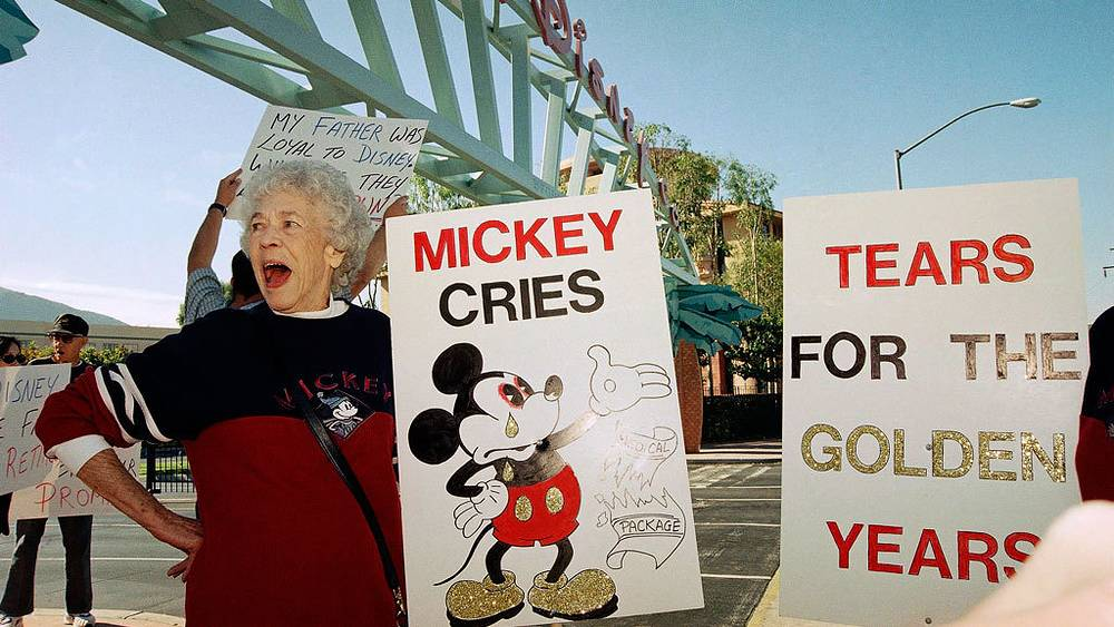 Жанна Перкинс, 79, бывший работник компании Walt Disney Co., протестует против сокращений медицинских пособий бывшим сотрудникам Walt Disney Co, 1998.  Фото. AP /Katie Callen