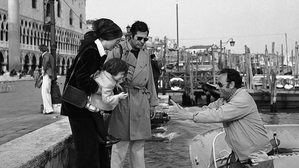 Катрин Денев с актером Марчелло Мастрояни и дочерью Кьярой, 1974 г. Фото AP