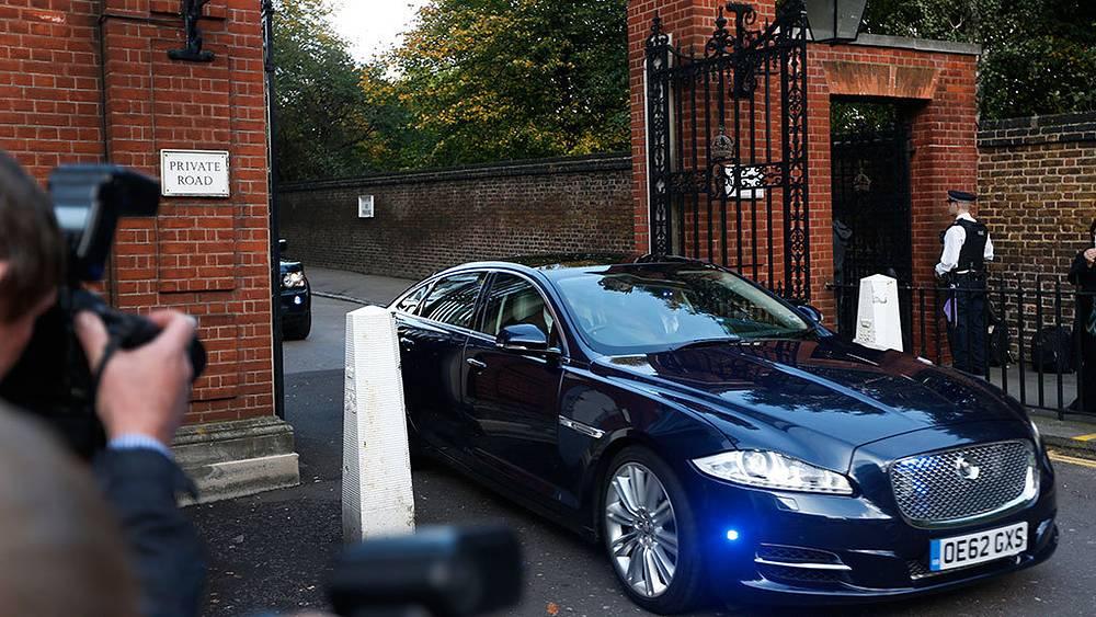 Принц Уильям и Кейт Миддлтон прибывают в часовню Сент-Джеймского дворца. Фото AP Photo/Lefteris Pitarakis