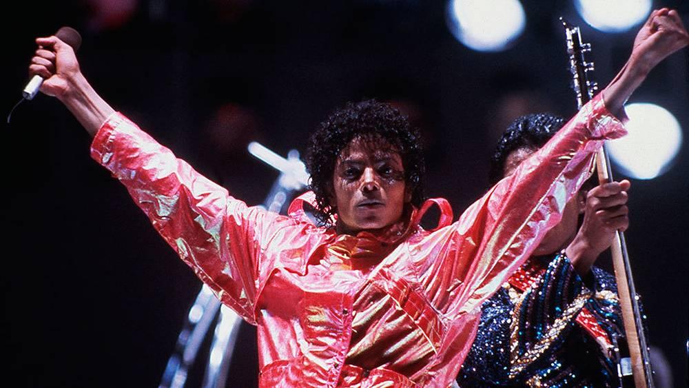 Майкл Джексон во время выступления в рамках турне Victory Tour в Лос-Анжелесе, 1984 г.