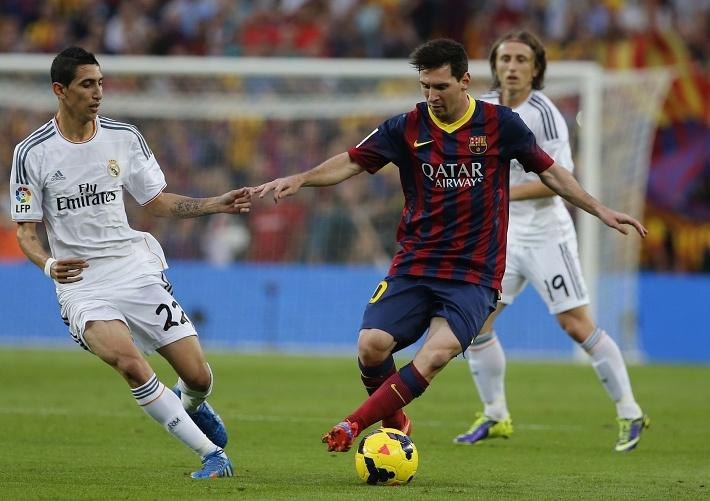 С мячом нападающий каталонцев Лионель Месси