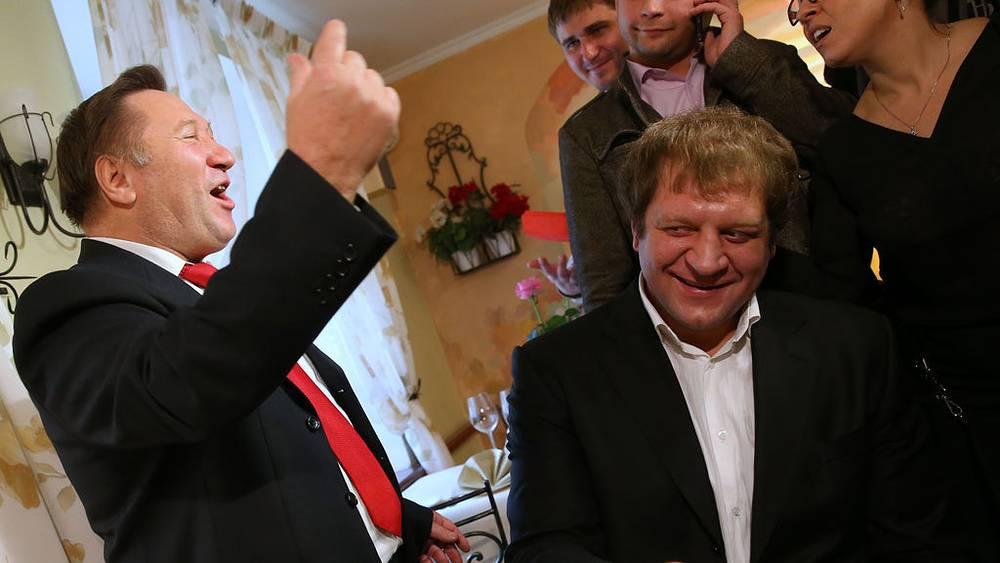 Пенсионер Василий Мисютин и российский боец Александр Емельяненко. Фото ИТАР-ТАСС/ Валерий Шарифулин
