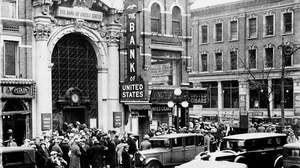 Люди у входа в банк «Браунсвиль» в Ньй-Йорке после объявления закрытия банка. 11 декабря 1930 года. Фото АР