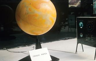 """Глобус Марса в павильоне """"Космос"""" на ВДНХ, 1970 год"""