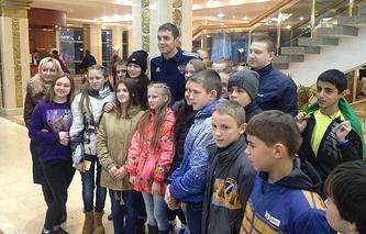 Футболист сборной России Артем Дзюба и воспитанники ростовского детского дома