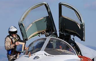 """Пилот российского фронтового бомбардировщика Су-24М на аэродроме """"Хмеймим"""" перед вылетом на боевое задание"""