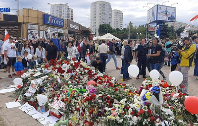 Minsk residents honor memory of deceased protester with minute of silence