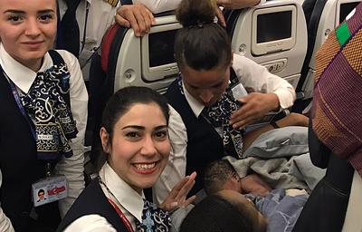 Стюардессы Turkish Airlines приняли роды на высоте 13 тыс. метров