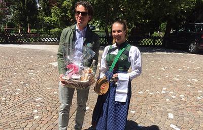 Жители австрийского Нойштифта подарили Черчесову деликатесы, от шнапса тренер отказался