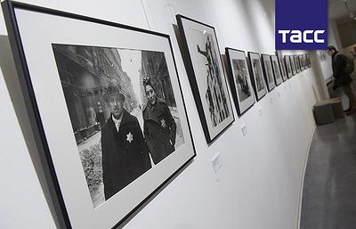 """Ранее не выставлявшиеся работы фотографа ТАСС Евгения Халдея представили в """"Ельцин Центре"""""""