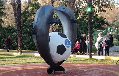 """Скульптурную композиции """"Дельфины с мячом"""" открыли в парке Сочи ко Дню города"""