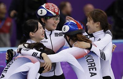 Южнокорейские шорт-трекистки второй раз подряд завоевали золото ОИ в эстафете на 3000 м