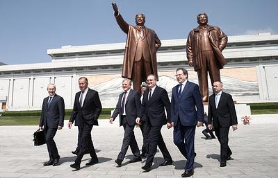 Лавров возложил цветы к памятникам первых лидеров КНДР в Пхеньяне