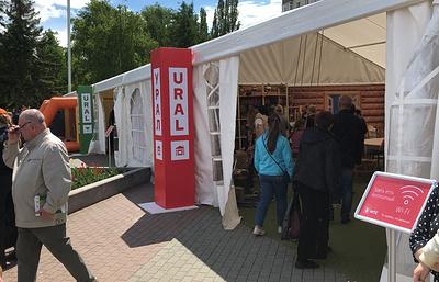 Старинную избу установили в центре Екатеринбурга для болельщиков ЧМ-2018