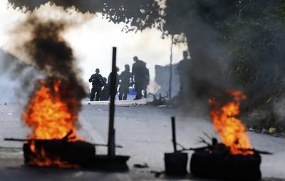 Протестующие вступили в столкновения с полицией в Каракасе