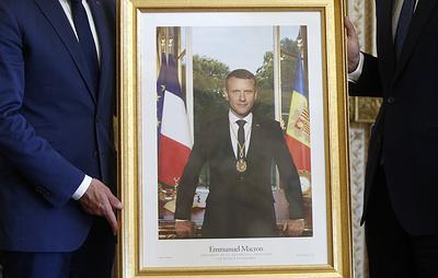 Parisien: во Франции из мэрий начали массово воровать портреты Макрона