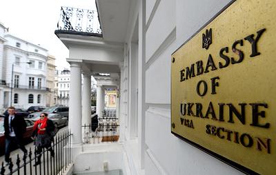 В посольстве Украины в Лондоне заявили, что неизвестный протаранил машину посла