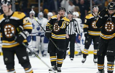 """""""Бостон"""" в третий раз сравнял счет в серии первого раунда плей-офф НХЛ против """"Торонто"""""""