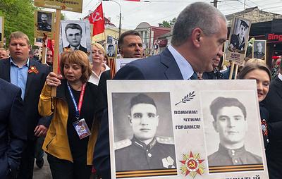 """Аксенов пронес портреты дедов в """"Бессмертном полку"""" в Симферополе"""