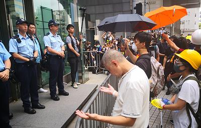 Демонстранты в Гонконге прекратили блокаду штаб-квартиры полиции