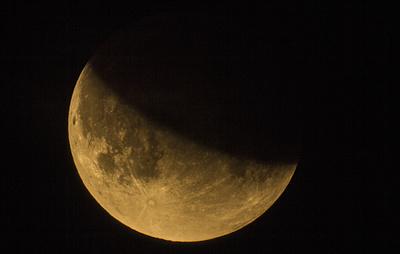Луна сквозь облака. В Петербурге прошли наблюдения частного лунного затмения