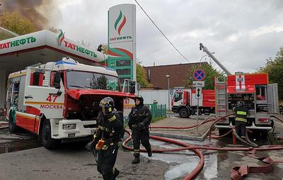 Пожарные в центре Москвы стараются не допустить перехода огня на заправку