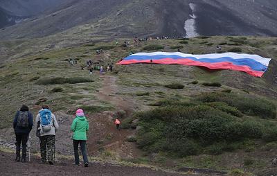 Самый большой российский флаг развернули на склоне вулкана на Камчатке