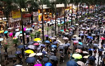 Десятки тысяч человек собрались на антиправительственный митинг в Гонконге