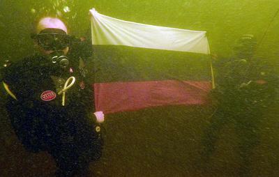 В Онежском озере спасатели МЧС развернули российский флаг на глубине 12 метров