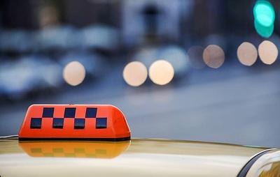 """""""Известия"""": агрегаторы такси предлагают нанимать водителей лишь после проверки по госбазам"""