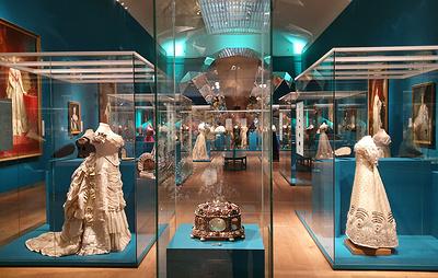 Эрмитаж привез на показ в Амстердам сотни драгоценных украшений императорского двора