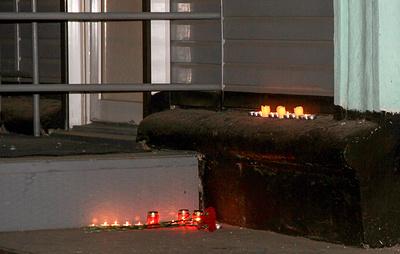 Друзья убитого студента организовали стихийный мемориал у колледжа в Благовещенске