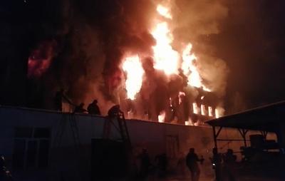 Четыре человека пострадали при пожаре в мебельном цехе в Кемерове