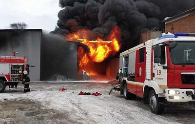 В Екатеринбурге горит цех Уральского завода лакокрасочных изделий