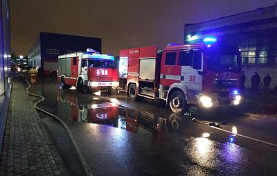 Площадь пожара в ангаре в Петербурге достигла 2 тыс. кв. м