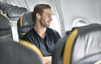 Авиакомпании рассказали о правилах использования Bluetooth-наушников в самолетах