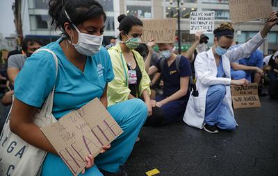 """""""Расизм - это пандемия"""". В Нью-Йорке медики вышли на митинг в поддержку афроамериканцев"""