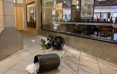 В центре Вашингтона протестующие вновь начали громить витрины