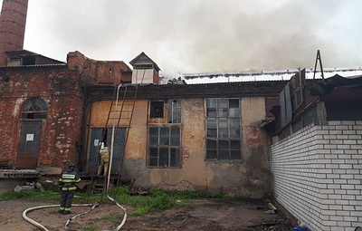 В Подмосковье загорелось здание текстильной фабрики
