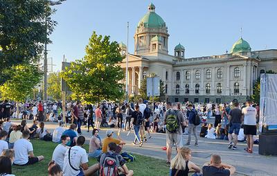 У здания парламента Сербии демонстранты устроили сидячую акцию протеста