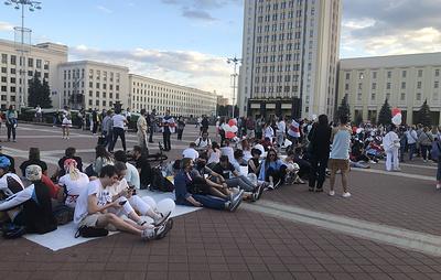 На площади Независимости в Минске идут вечерние гулянья